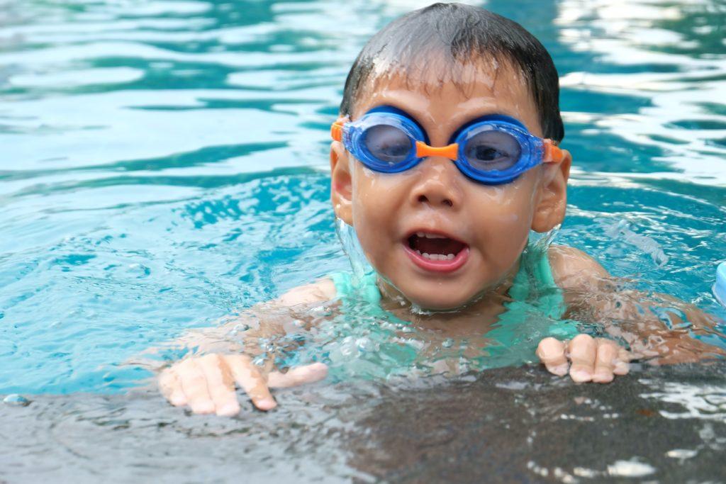 Enfant en apprentissage de la natation