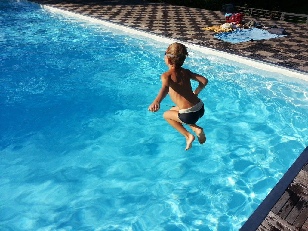 Saut d'un enfant en apprentissage de la natation