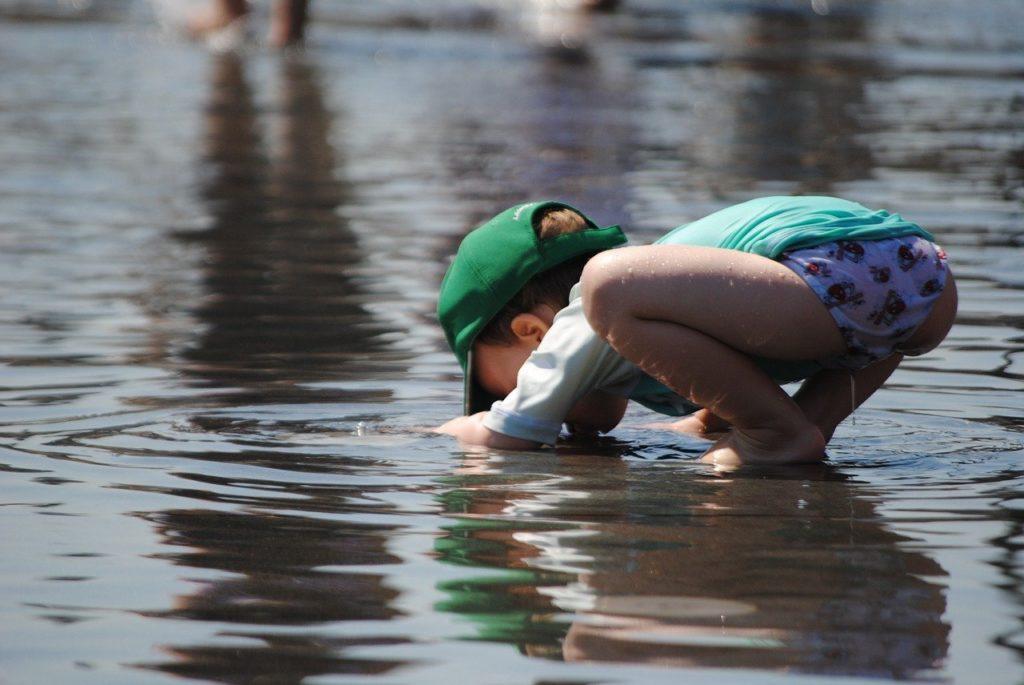 enfant qui souffle dans l'eau