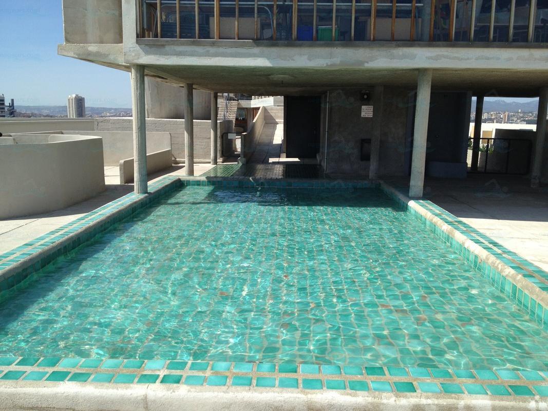 Photos piscine de la cit radieuse immeuble le corbusier for Piscine chauffee marseille